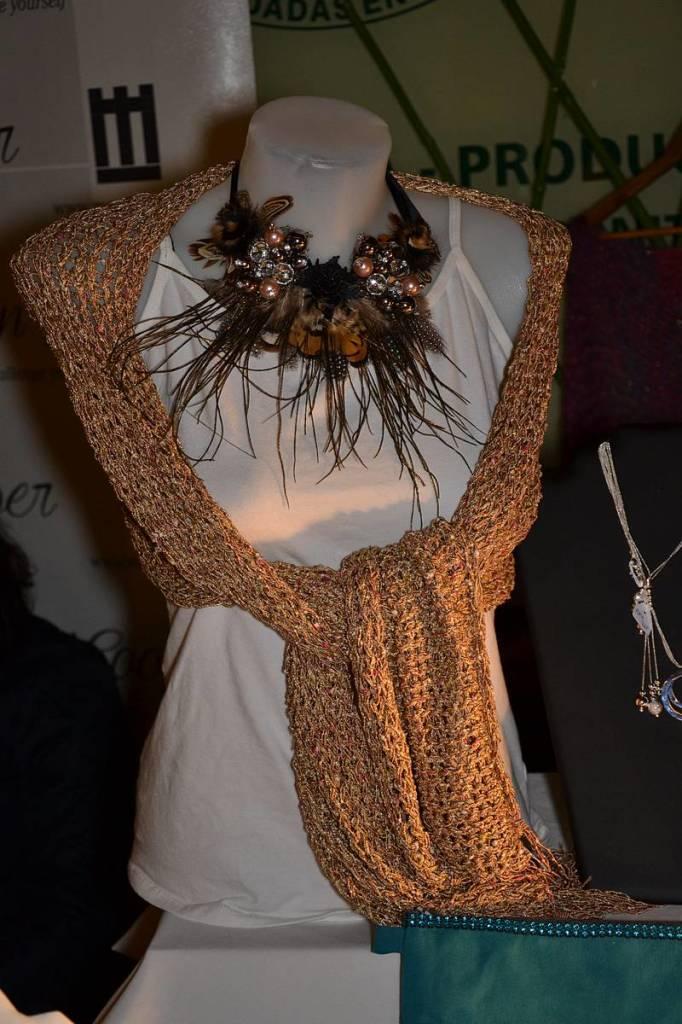 Chal y collar de plumas de Piccola Chic