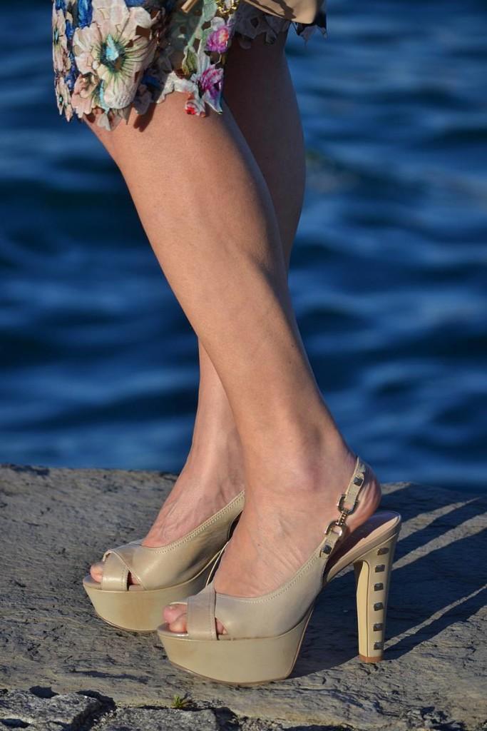 Vestido de encaje estampado de María José Suárez en La Envidia Sana con sandalias de Guess